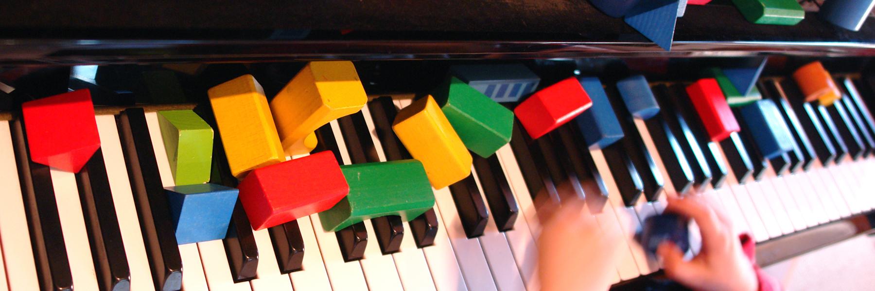 componiendo-piezas-al-piano-1800x600